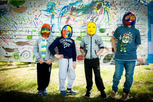 Маленькие пациенты расписывают маски в авангардном стиле и создают «Другую Атмосферу» в больнице Основной принцип арт-терапевтического проекта «Другая атмосфера» – сотворчество детей и профессиональных художников. Мастер только предлагает тему и подсказывает технику, все остальное делает фантазия ребенка. Студенты-дизайнеры Московского художественно-промышленного института предложили детям расписать маски в духе «русских сезонов». Маленькие пациенты создали маски в авангардном стиле. На ватмане под руководством внучки композитора Игоря Стравинского юные художники изобразили в ярких цветах и образах музыку из балета Сергея Прокофьева «Ромео и Джульетта». Проект «Другая атмосфера» осуществляется фондом поддержки современного искусства «Артпроект».