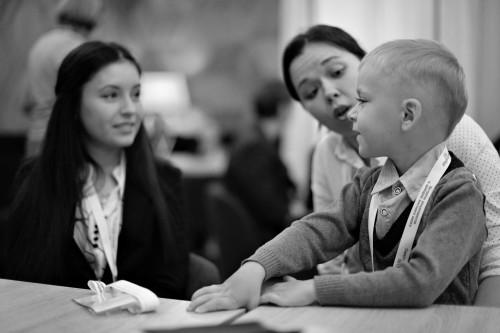 Вторая мама Донор Наталья Кельсина держит на руках своего Мишу Волкова, которого она спасла, став донором костного мозга.