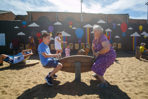 Тем временем Раиса Дмитриевна весело качается с внуком на детской площадке. Всех охватил какой-то детский азарт. Приключение – вот лучшее слово, способное описать и эту поездку, и этот проект, да и жизнь в целом. -Раиса Дмитриевна, держитесь крепче!