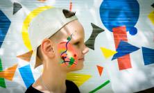 Авангард пробивает себе дорогу в жизнь. Авагардный боди-арт на фоне абстрактной картины, созданной маленькими пациентами.